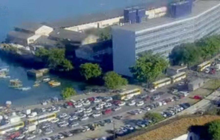 [Fila de veículos para embarque no ferry-boat deixa trânsito lento na região da Feira de São Joaquim]